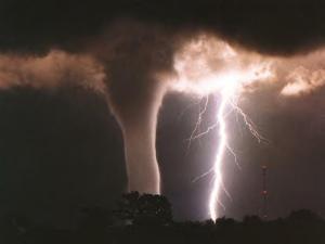 tornado_and_lightning-3314